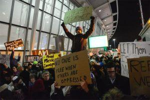 مظاهرات في مطار جون إف. كينيدي الدولي في مدينة نيويورك - في يوم 28 من شهر يناير الماضي - ضد القرار الأمريكي بحظر الهجرة.