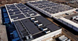 لقطة جوية لمراكز أمازون مع أنظمة الطاقة الشمسية على السطح