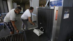 من الأمواج الكهرومغناطيسية ما يستخدم لتفتيش الحقائق في المطارات (أسوشيتد برس)