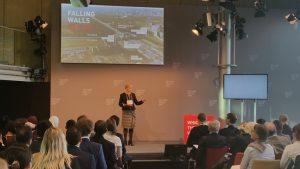 احدى المشاركات في مؤتمر الجدران المتساقطة - برلين 
