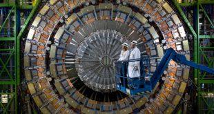 كانت تجربة CMS (في الصورة) واحدة من تجربتين في مصادم الهدرونات الكبير، رأتا لمحات لجسيم لم يكن متوقَّعًا.
